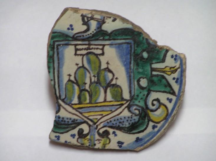 Fragment de ceràmica policroma amb l'escut de Montserrat, S.XVI (Josep Batlle)