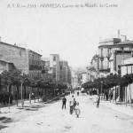 Postal número 2358 del grup editat l'any 1908 de la Muralla del Carme en un dia feiner amb una gran quantitat de gent que puja cap al centre de la ciutat.