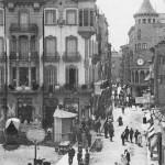 Postal del carrer del Born amb la vista de dos dels edificis emblemàtics de principis de segle XX, la casa Devant, on s'hi van instal·lar els Magatzems Jorba i la casa Torrens.