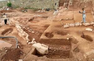 Diferents tombes excavades al terra i s'intueix, a l'esquerra, el mur romà.
