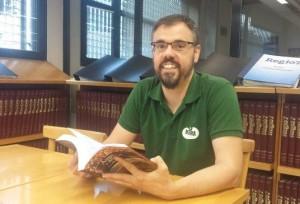 Josep Galobart, vocal de la junta del Centre d'Estudis del Bages, va descobrir el llibre a través d'Internet. Fotografia: Toni Mata (Regió7)