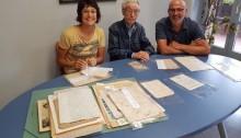 Mireia Vila, Antoni Lari i Xavier Codina amb la documentació històrica lliurada | Fotografia: Ajuntament de Santpedor.
