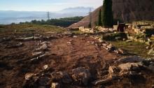 El poblat ibèric es troba a la localitat de Sallent, sobre un imponent turó que controla el riu Llobregat al seu pas pel Pla de Bages amb unes excel·lents vistes de Montserrat i els Pirineus.